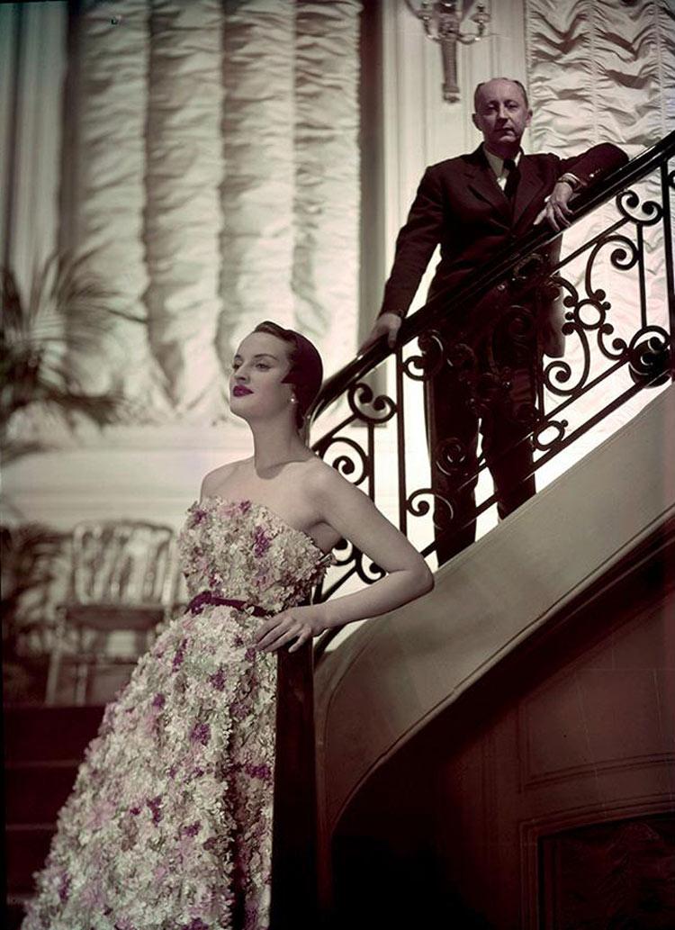 """Christian Dior e modelo Simone com o vestido """"Miss Dior"""" em 1949."""