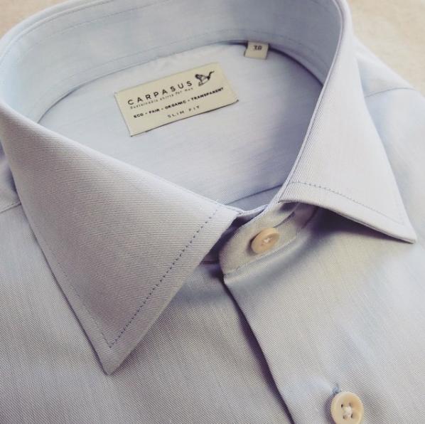 A Carpasus é uma marca de camisas sustentáveis masculinas
